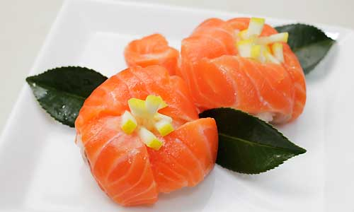 芯をレモンした場合の椿の花寿司 こちらは雄しべを、薄焼き卵焼きの代わりにレモンにしたもの。椿っぽ