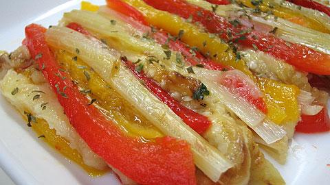 カタルーニャの焼き野菜「エスカリバダ(escalivada)」です。日本の焼きなすとそっくり。強火で真っ黒になるまで焼きます。まるごと焼いて、中身を蒸し焼き状態にする